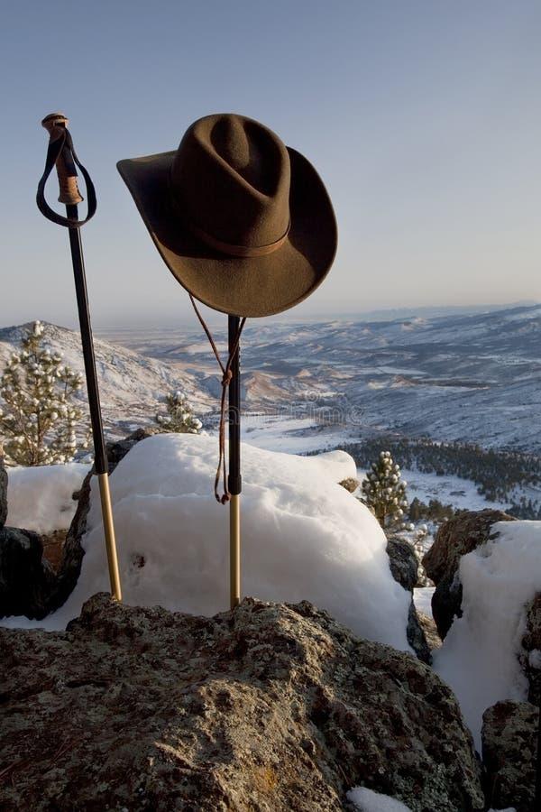Pali e cappello Trekking nel paesaggio della montagna immagine stock