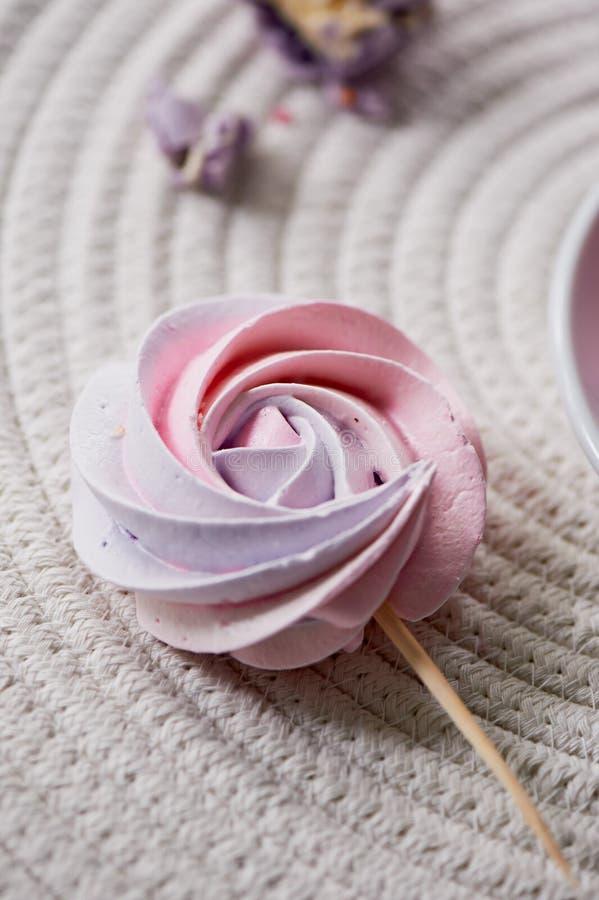 Palidezca - el merengue en colores pastel rosado en un palillo El dulzor que los niños aman Fiesta de cumpleaños del ` s de los n foto de archivo libre de regalías