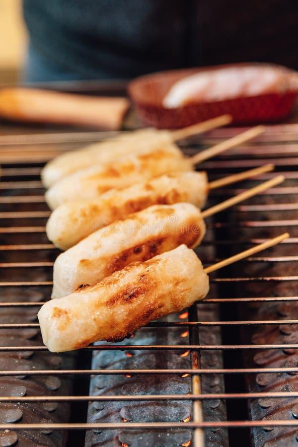 Palillo asado a la parrilla del queso en la estufa del griller del gas, comida de la calle en Ximending en Taiwán, Taipei fotos de archivo