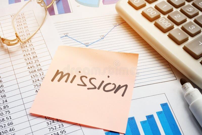 Palillo con la misión de la palabra y los documentos de negocio imagenes de archivo