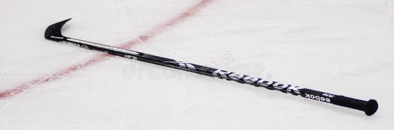 Palillo de hockey de Reebok en el hielo fotos de archivo