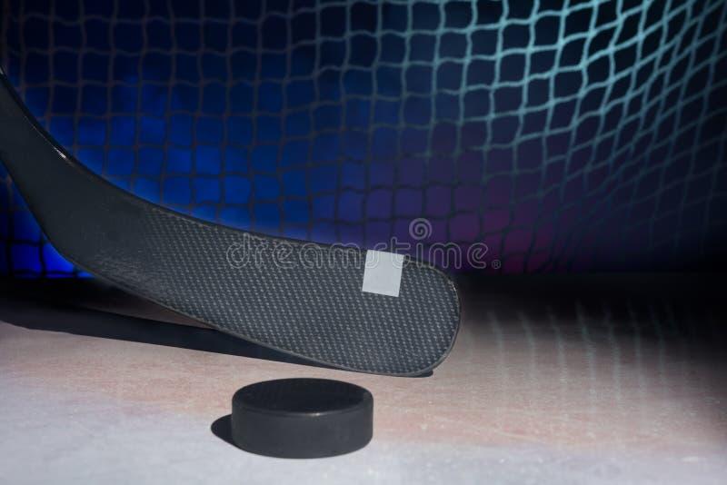 Palillo de hockey del carbono en el hielo, foto de archivo libre de regalías