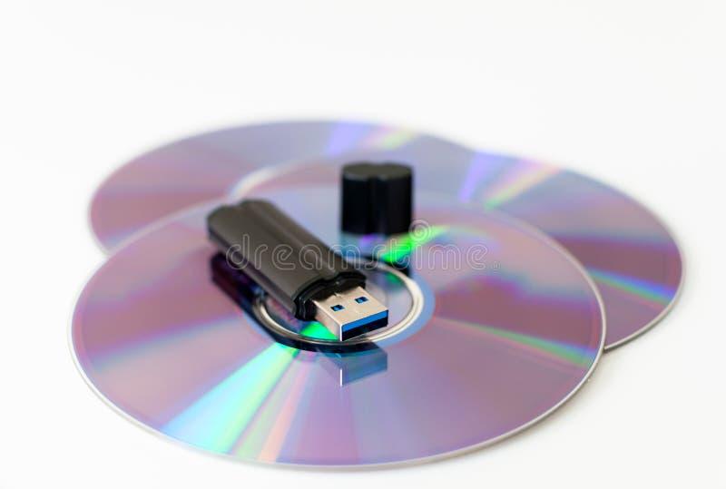 Palillo de memoria USB en disco cd fotografía de archivo libre de regalías
