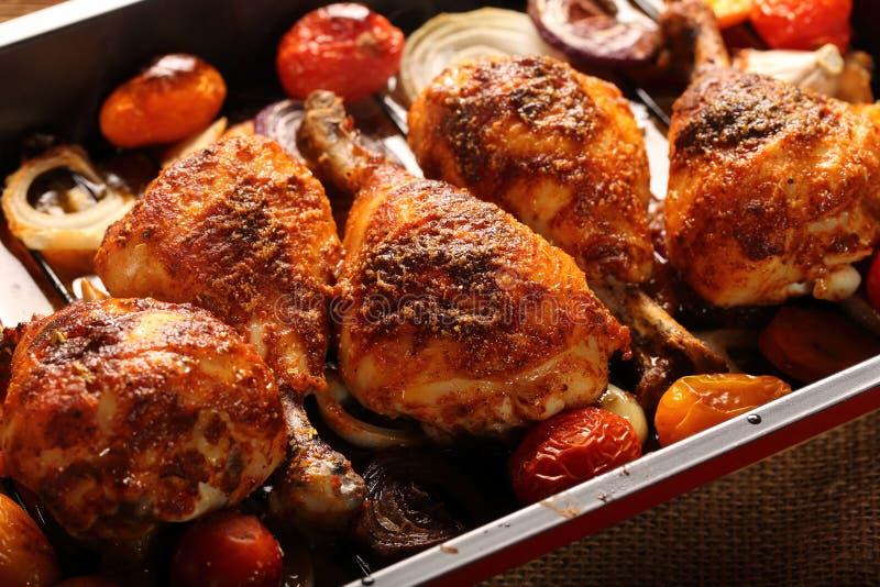 Palillo de pollo asado con las patatas y la ensalada en fondo de madera fotos de archivo libres de regalías