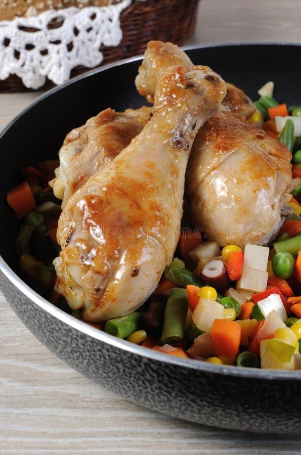 Palillo de pollo asado con las verduras fotos de archivo