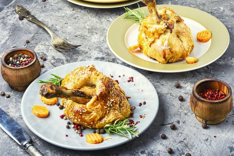 Palillo de pollo cocido en pasta foto de archivo libre de regalías