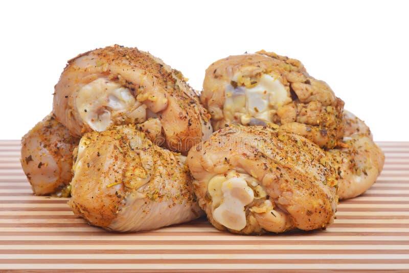 Palillo de pollo crudo adobado en especias fotografía de archivo libre de regalías