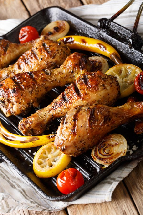 Palillo de pollo frito con las verduras en un primer de la cacerola de la parrilla foto de archivo libre de regalías