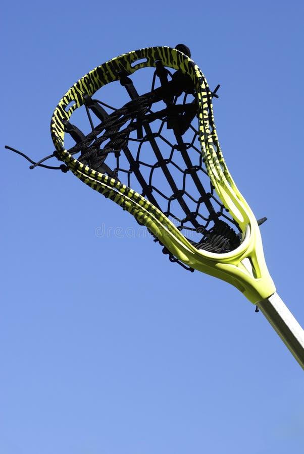 Palillo del lacrosse en el cielo imagenes de archivo