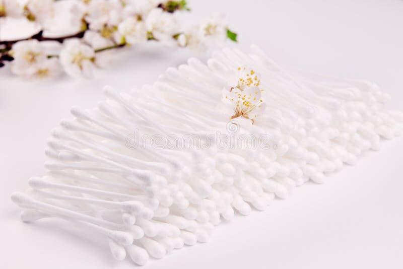 Palillo del oído del algodón con el flor del albaricoque imágenes de archivo libres de regalías