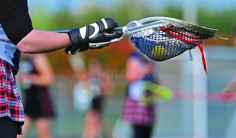 Palillo del portero de LaCrosse con la bola de juego imagen de archivo
