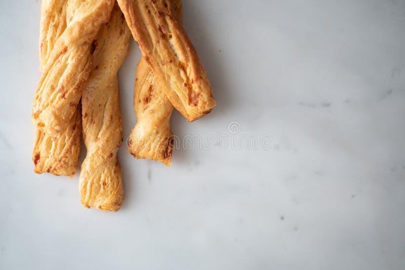 Palillo del queso, Breadsticks con queso en el fondo de mármol, fotografía de archivo