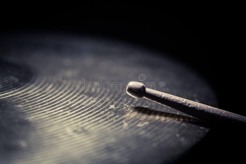 Palillo del tambor y detalle del platillo fotografía de archivo