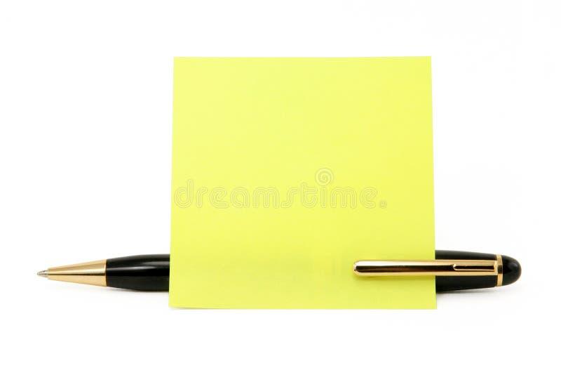 Palillo en blanco del papel de carta en una pluma imagen de archivo