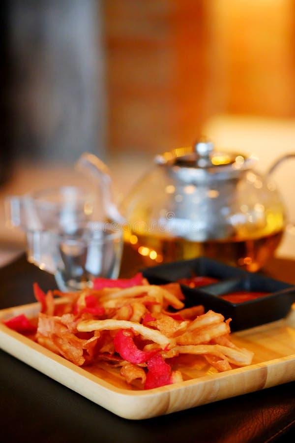 Palillo frito del cangrejo o bocado curruscante de Kani con té con tono de la tierra ilustración del vector
