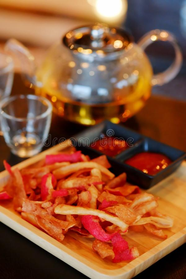 Palillo frito del cangrejo o bocado curruscante de Kani con té con tono de la tierra libre illustration