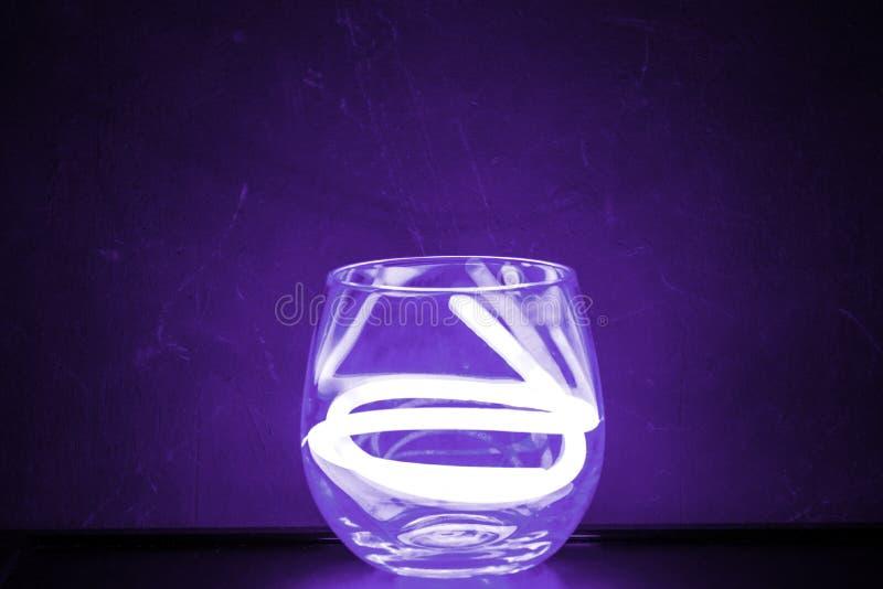 Palillo violeta del resplandor en vidrio fotografía de archivo