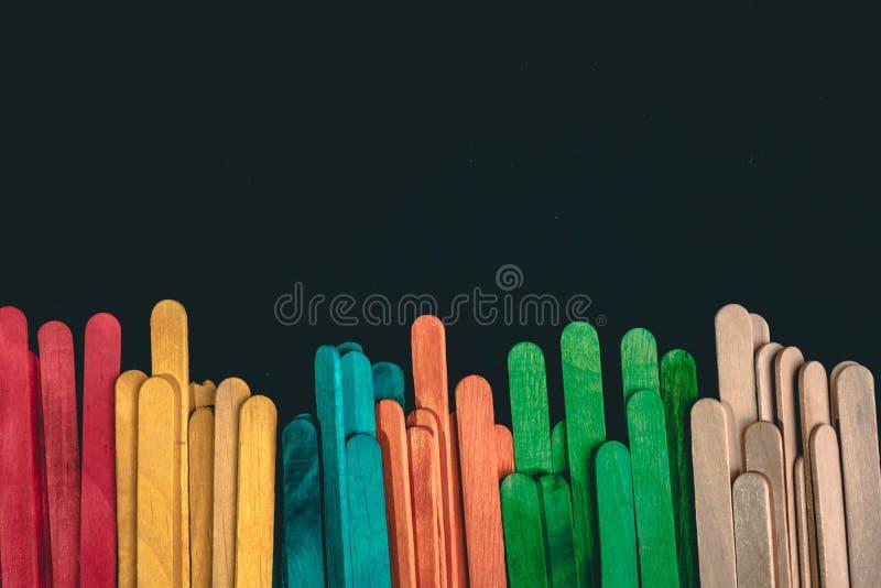 Palillos coloridos aislados en fondo negro imágenes de archivo libres de regalías