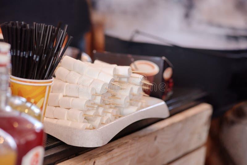 Palillos con las melcochas para la comida campestre imágenes de archivo libres de regalías