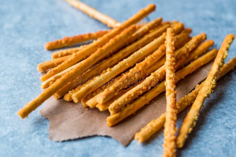 Palillos crujientes del pretzel salado en superficie azul fotos de archivo