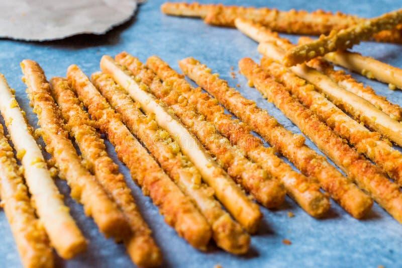 Palillos crujientes del pretzel salado en superficie azul fotografía de archivo libre de regalías