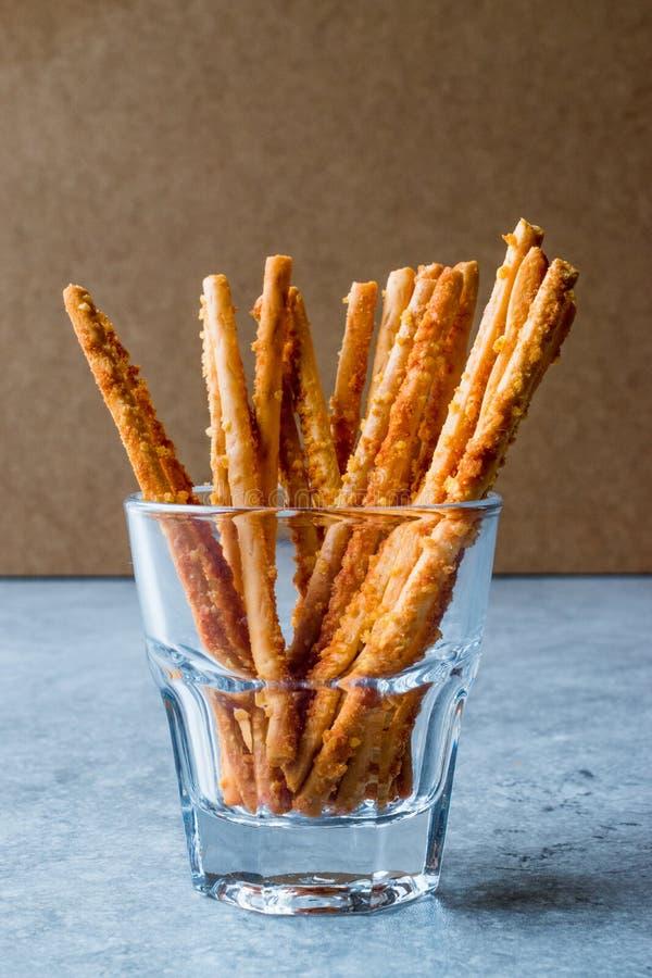Palillos crujientes del pretzel salado que se colocan en vidrio imágenes de archivo libres de regalías