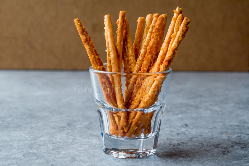 Palillos crujientes del pretzel salado que se colocan en vidrio fotografía de archivo libre de regalías