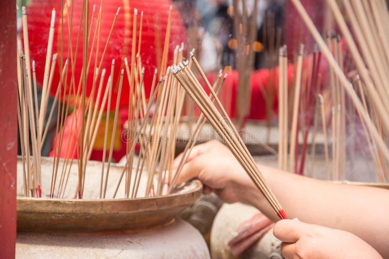 Palillos de ídolo chino adentro al pote imagen de archivo