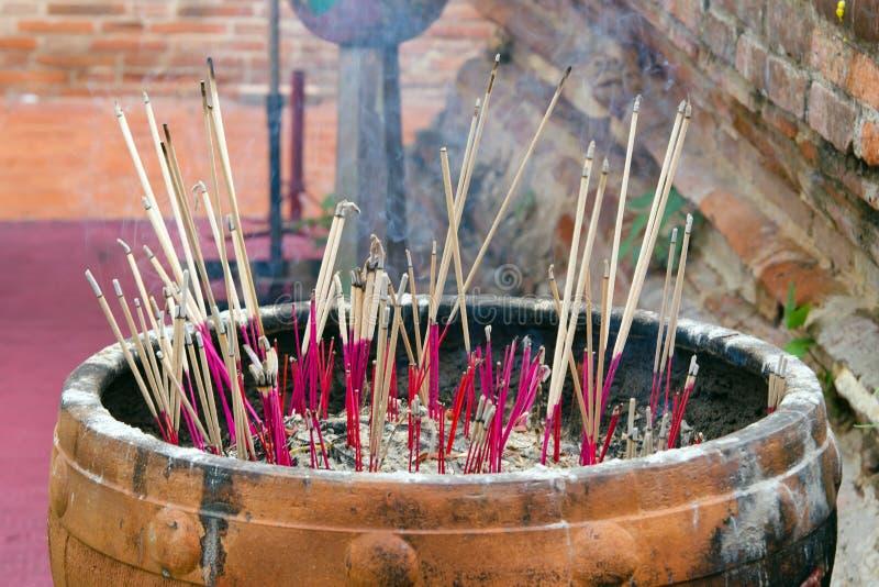 Palillos de ídolo chino en el envase de polvo en un templo viejo en Tailandia fotos de archivo libres de regalías