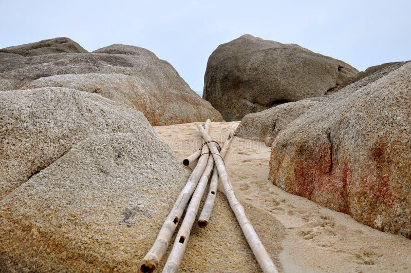 Palillos de bambú en la playa de Ko Samui, Tailandia fotos de archivo libres de regalías