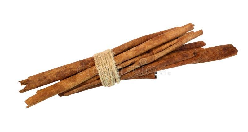 Palillos de canela atados, aislados en el fondo blanco, palmadita que acorta fotos de archivo libres de regalías