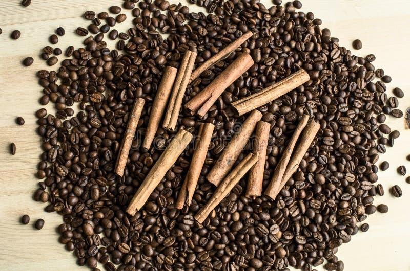 Palillos de canela en el grano de café imágenes de archivo libres de regalías