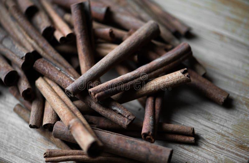 Palillos de canela en la madera envejecida fotografía de archivo