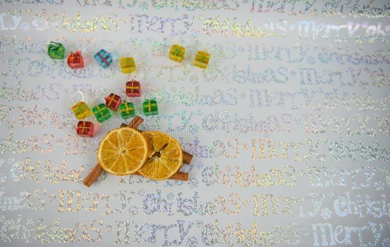 Palillos de canela tradicionales de la fotografía de la comida de la Navidad anaranjados con las decoraciones amarillas verdes ro imagen de archivo libre de regalías