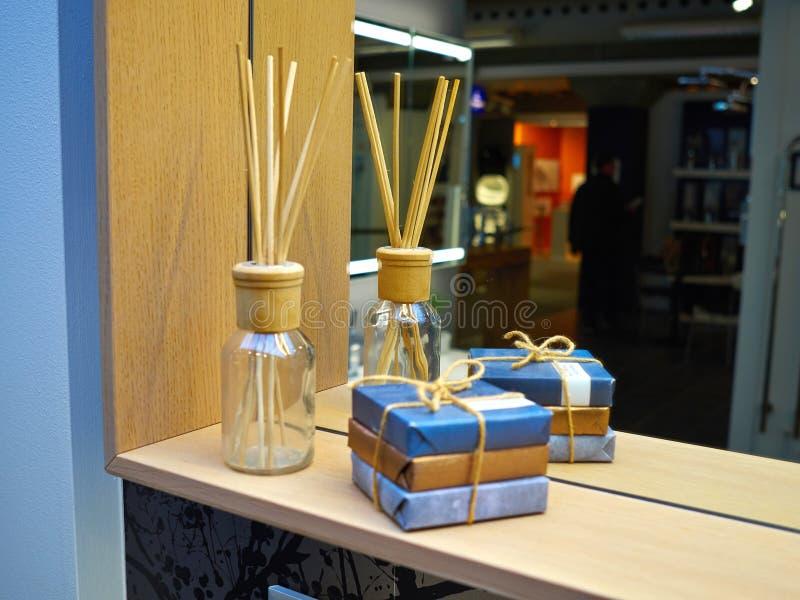 Palillos de la decoración interior del cuarto de baño y del ambientador de aire fotos de archivo