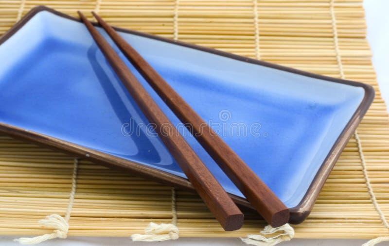 Palillos de la placa w del sushi fotos de archivo libres de regalías