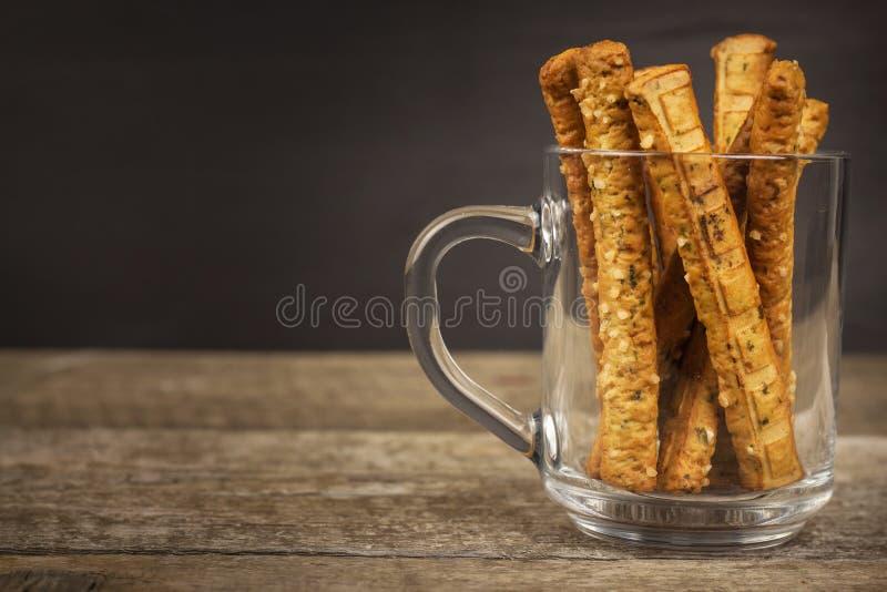 Palillos de la sal en un vidrio Partido del bocado Pasteles malsanos para la cerveza fotografía de archivo