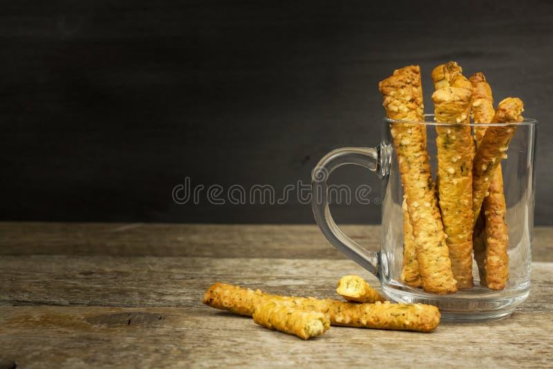 Palillos de la sal en un vidrio Partido del bocado Pasteles malsanos para la cerveza foto de archivo