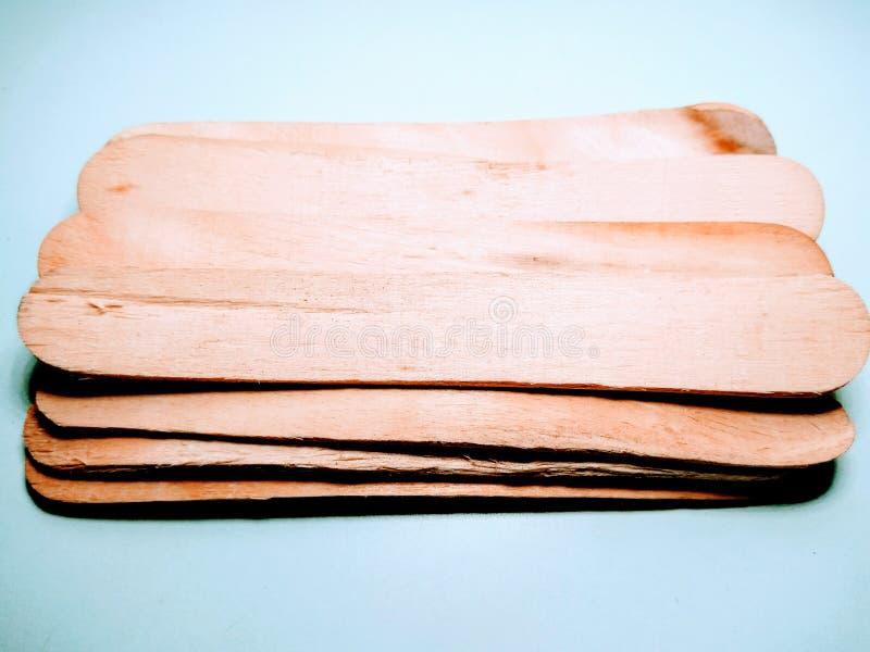 Palillos de madera en el fondo blanco fotografía de archivo