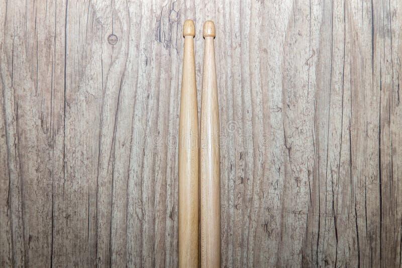 Palillos de madera en el fondo de madera imagen de archivo libre de regalías