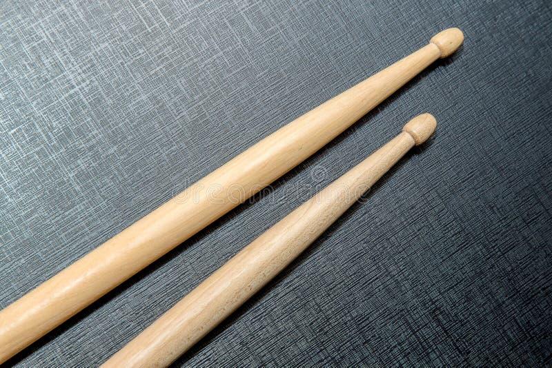 Palillos de madera en fondo negro de la textura imagenes de archivo