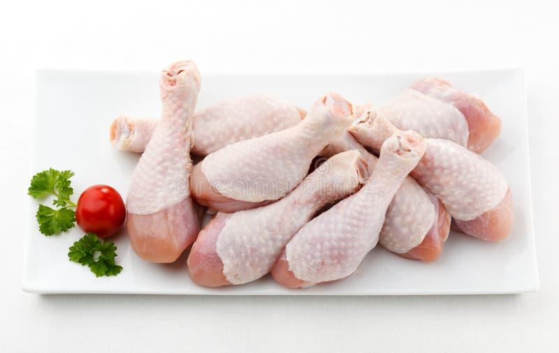 Palillos de pollo crudos frescos fotografía de archivo libre de regalías