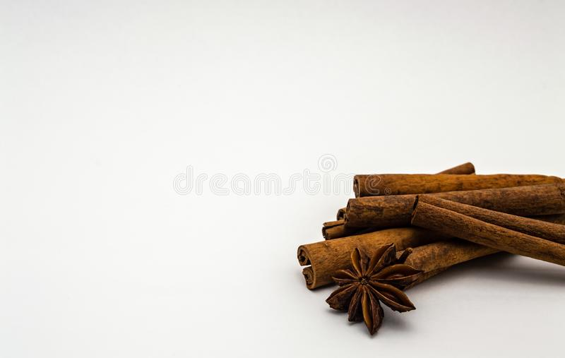 Palillos del aislante de Brown del anís de estrella del canela en un primer blanco del fondo imagen de archivo libre de regalías