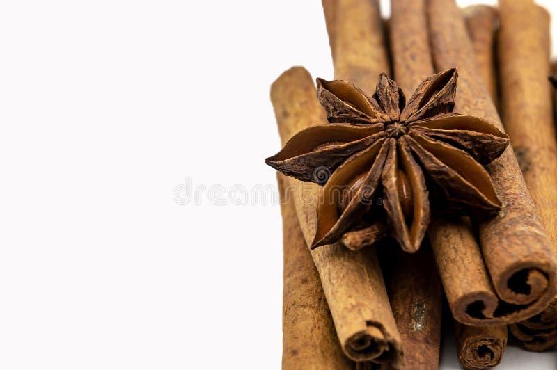 Palillos del aislante de Brown del anís de estrella del canela en un primer blanco del fondo imagen de archivo