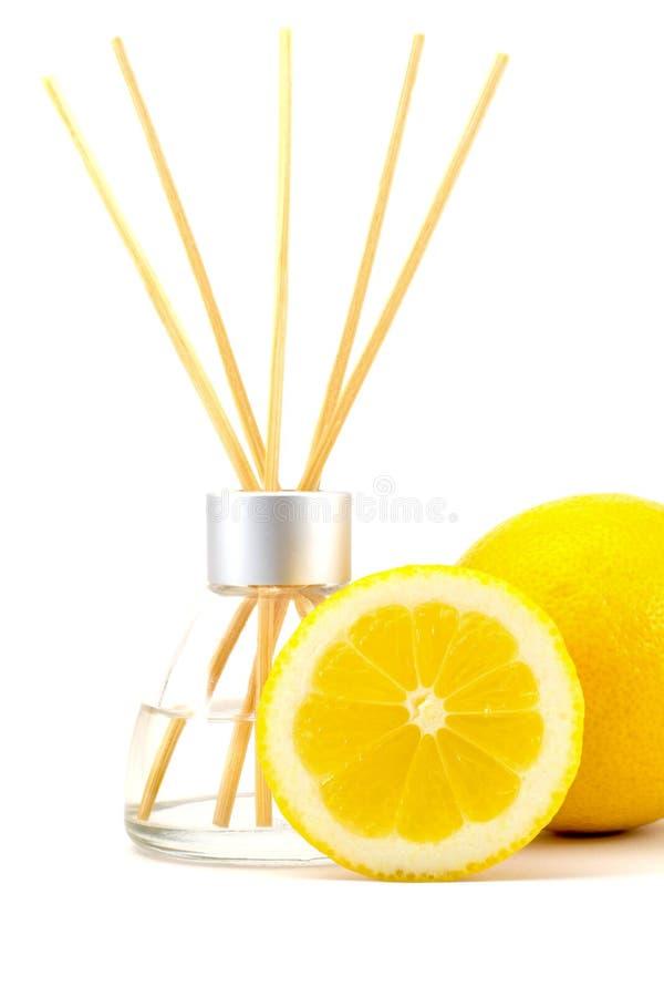 Palillos del ambientador de aire con un limón aislado foto de archivo libre de regalías