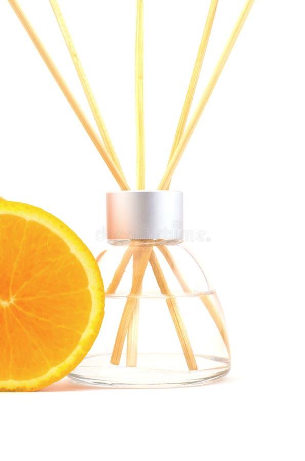 Palillos del ambientador de aire con una naranja aislada fotografía de archivo