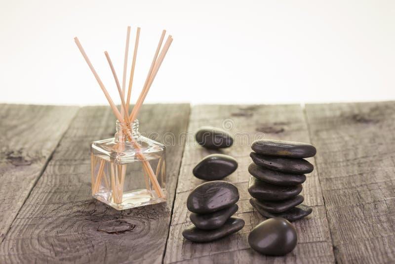 Palillos del Aromatherapy y primer de las piedras del negro fotografía de archivo libre de regalías