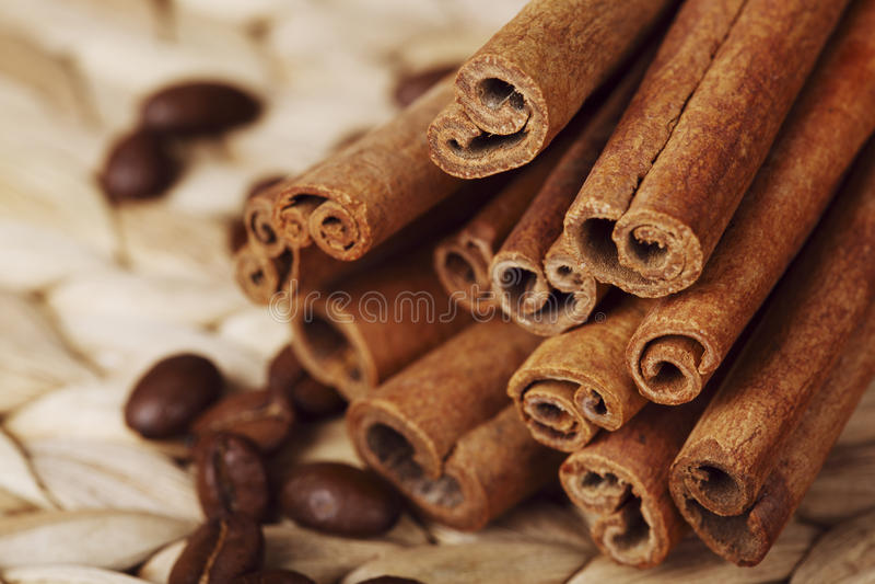 palillos del café y de cinamomo fotografía de archivo