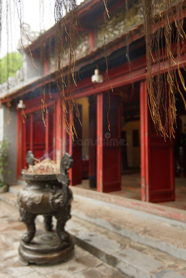 Palillos del incienso delante del templo en Hanoi foto de archivo libre de regalías