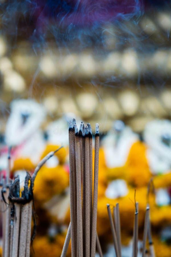 Palillos del incienso en templo budista en Bangkok, adoración fotos de archivo libres de regalías